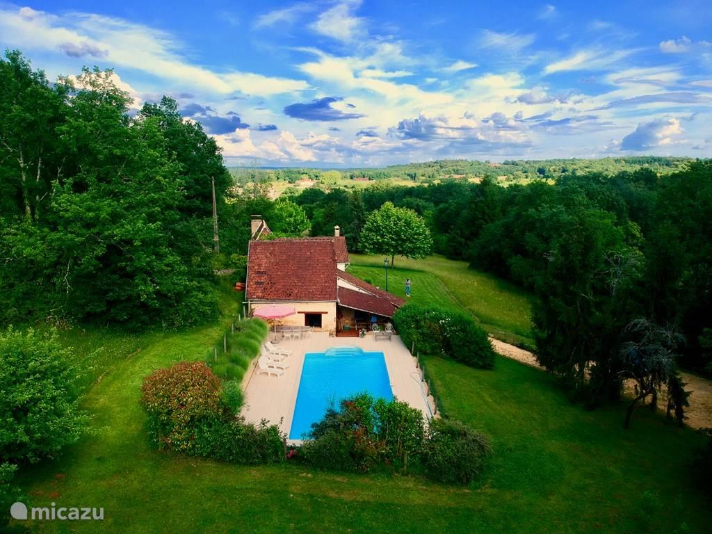 Een heerlijk prive zwembad gelegen aan de linkerzijde van de boerderij.