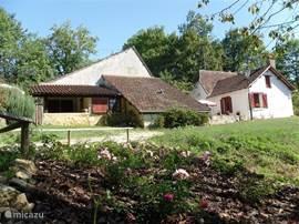 vooraanzicht van de boerderij met zijn 2 gebouwen, gescheiden door een binnenplaats