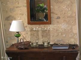De gerestaureerde stenen muren zijn in de originele staat teruggebracht wat een authentieke uitstraling geeft.