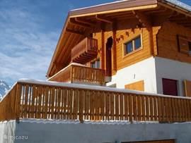 Luxe ruim (185m2) 8-10p chalet, in prachtig wandel en ski-gebied (650km) Sauna, 4 slk, 3 toiletten, 3 douches, 1 bad,  woonk 7x8m, vide met 2 pers slaapbank, balcon 35m2, garage. TV/DVD/WiFi. Fenomenaal uitzicht. Evt samen met 2 (4) pers.app. te huur
