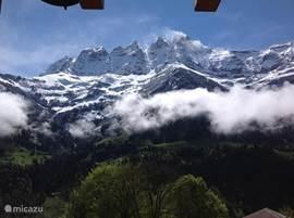blik vanuit de huiskamer op de Dents du Midi, mei 2013