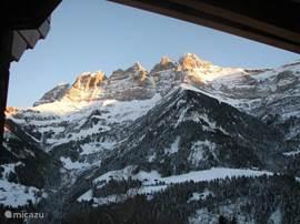 Het uitzicht op de Dents du Midi overdag in de winter