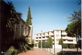 Voorkant van het appartementen complex. Ons appartement ligt geheel links op de eerste verdieping.
