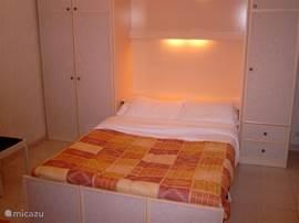 Woon-/slaapkamer, bedden uitgeklapt.