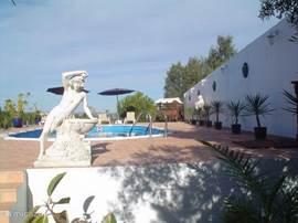 Bungalow loversnest in moncarapacho algarve portugal huren - Deco terras zwembad ...