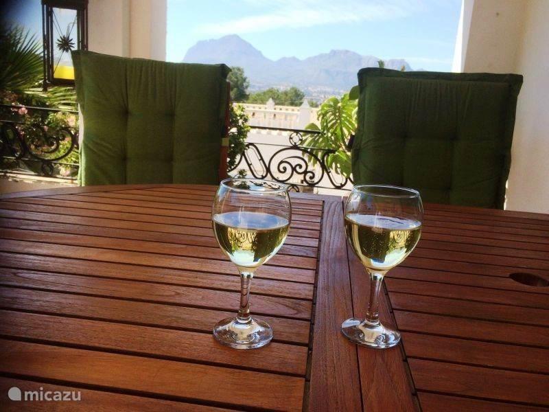Genieten van het uitzicht met een wijntje!