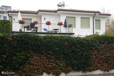 Vakantiehuis Italië, Gardameer, Lazise villa Villa Casa Bianca di Elise bovenhuis
