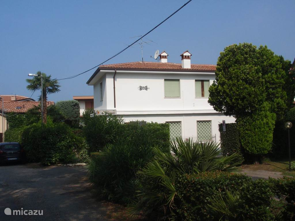 Front view of the Villa. Aside from, a road leads to Lake Garda. On foot with our sun loungers in 1 minute.