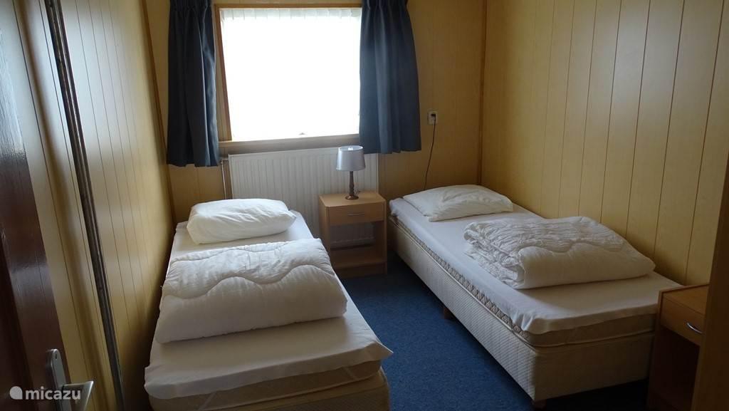 2 slaapkamers met 2 eenpersoons bedden