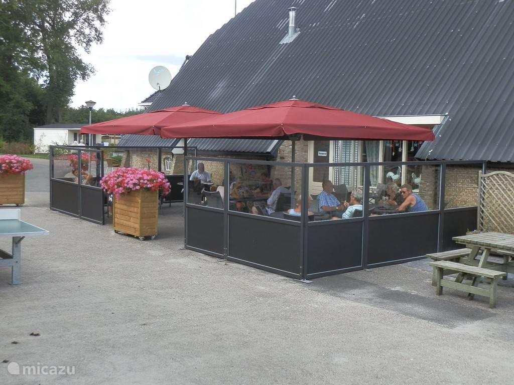 Restaurant coffee and more Voor een hapje en een drankje. is gelegen tegenover de speelstuur.