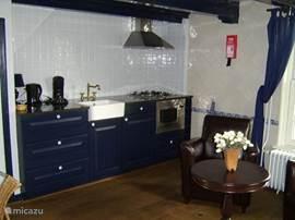 Keuken met combi-oven, koelkast, gaskookplaat, senseo & waterkoker