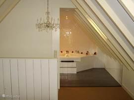 Open badkamer met jacuzzi, aparte douche, toilet en wastafel