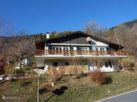 Mooi gelegen ***chalet met twee 4-pers. appartementen met balkon, tuin en eigen parkeerplaats. Gratis WiFi. Rustig gelegen. Vrij panoramisch uitzicht. Ideaal voor alle seizoenen. Wandelen, skiën, golfen & fietsen.