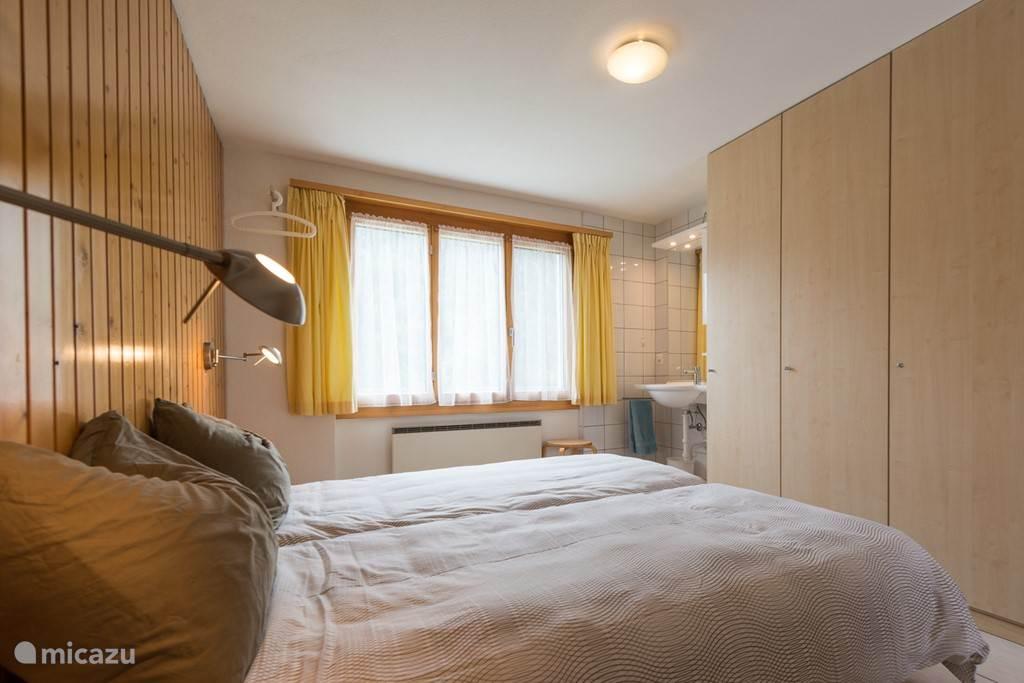 De slaapkamer heeft een eigen toilethoek met wastafel en toiletkast.