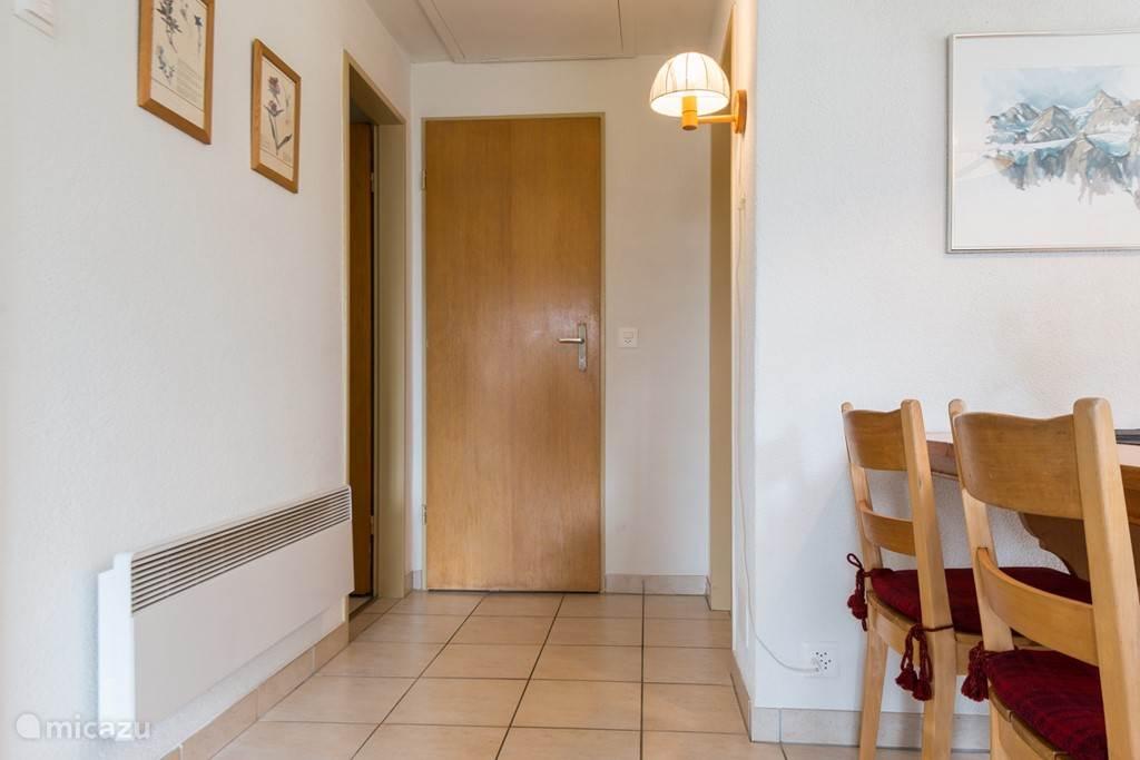 De tussengang geeft toegang tot de slaapkamer en doucheruimte.