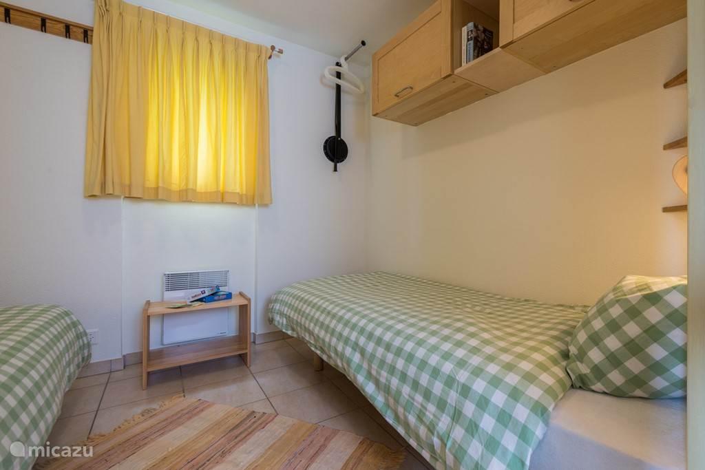 In de kleine slaapkamer is een wandkast, kapstokhaken en kledinglift beschikbaar.