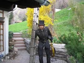 De echte schoorsteenveger komt jaarlijks bij Stella Alpina voor de wettelijk verplichte beurt.