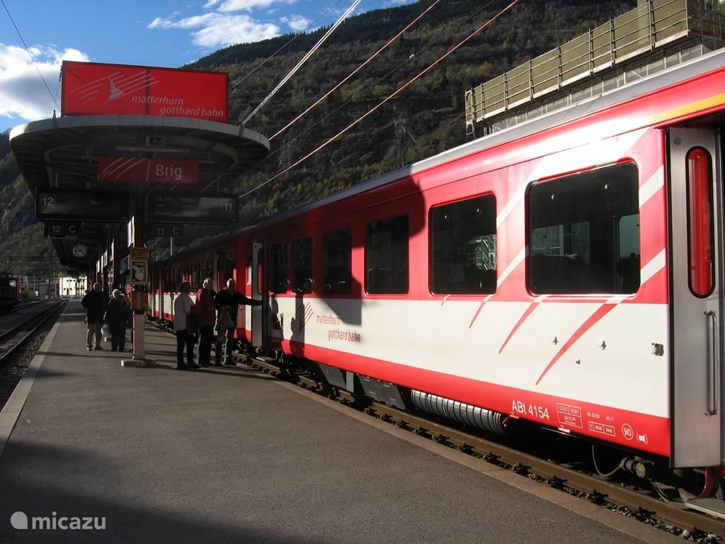 Ieder uur verzorgt de MGB een trein tussen Zermatt en Disentis.  Vanuit Mörel is er zelfs elk half uur een trein naar Fiesch, Brig, Visp en Zermatt. Ideaal voor een mooie dagtocht of aansluiting op de internationale treinen vanuit Brig.