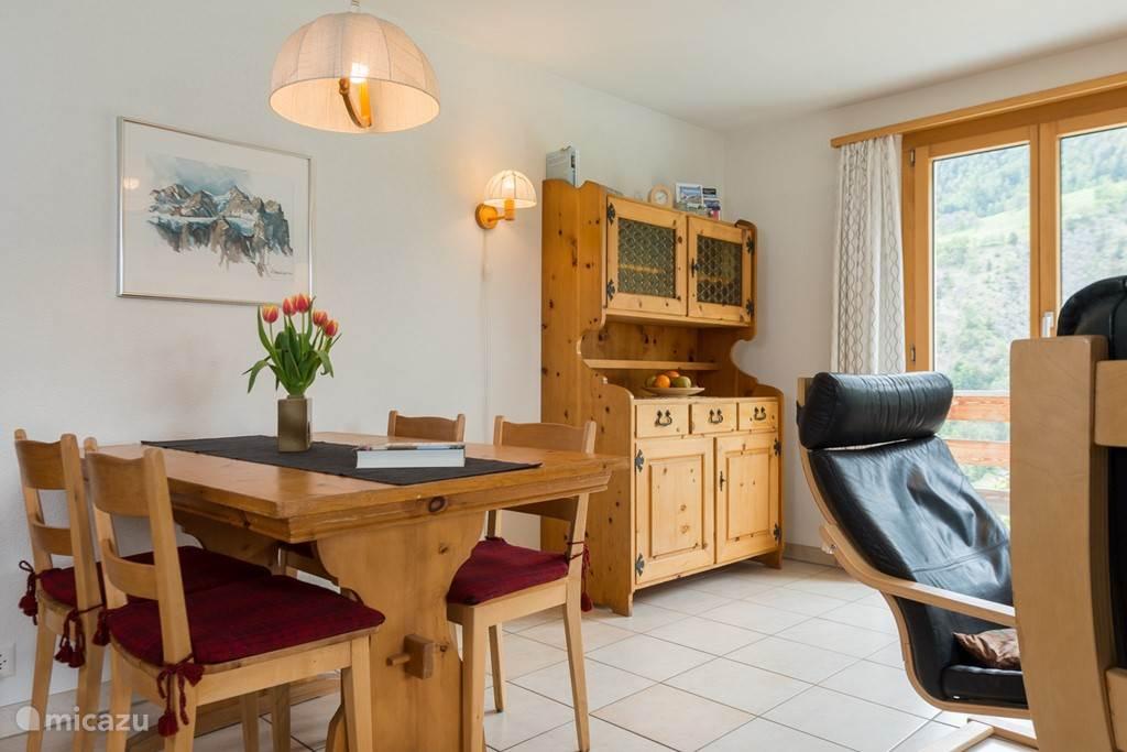 Eethoek met buffetkast.  De balkondeuren komen op het balkon voor uw panoramisch zicht op de Walliser Alpen.