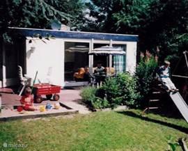 OUDDORP aan ZEE: vrijstaande bungalow met 3 slaapkamers op een rustig bungalowpark op loopafstand (1 kilometer) van het strand. De ruime tuin biedt volop privacy en speelruimte voor kinderen. Wasmachine, vaatwasser, magnetron, speelgoed en ktv aanwezig.