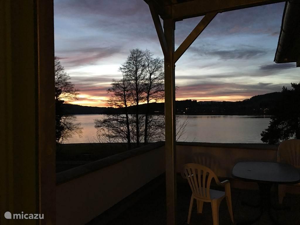 Prachtig uitzicht over het meer vanaf het balkon