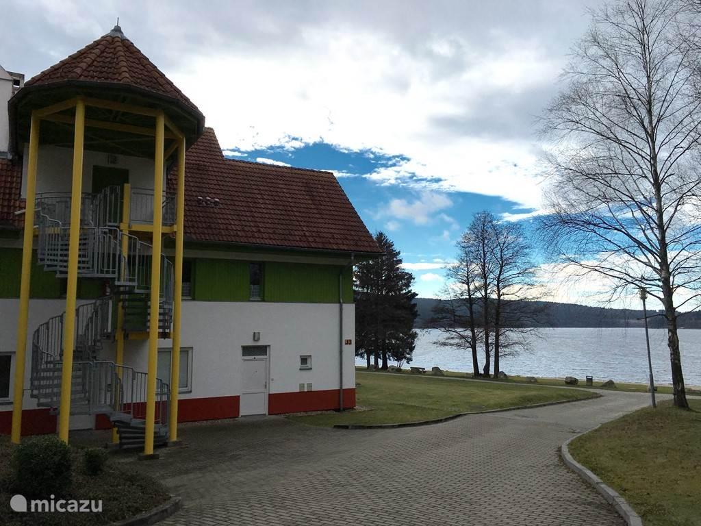 Appartementen complex zijaanzicht met uitzicht op het meer