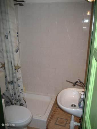 Badkamer bij woonkamer