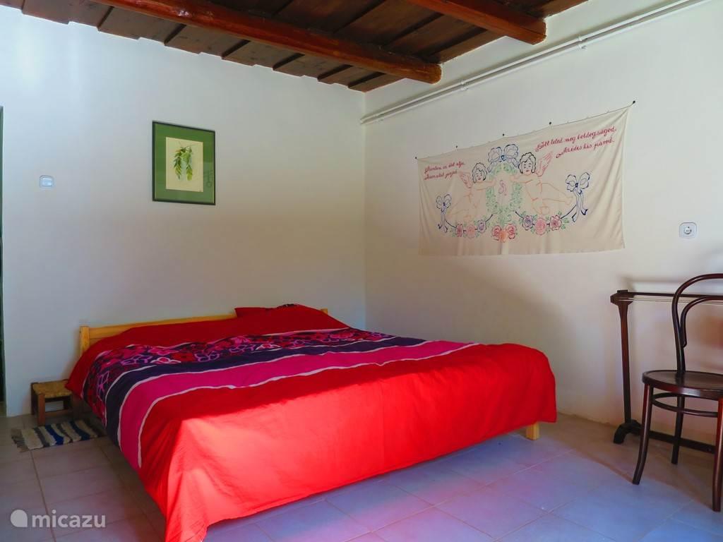 De grote slaapkamer heeft een vast, ruim tweepersoons bed.