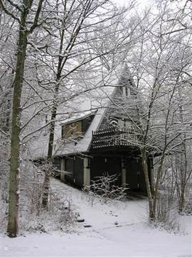 Vd front bungalow in winter. Especially in January and February, there is much chance of snow! Toboggan can be rented at the reception. Snow chains are unnecessary, the roads are always passable! Winter tires are to be recommended!
