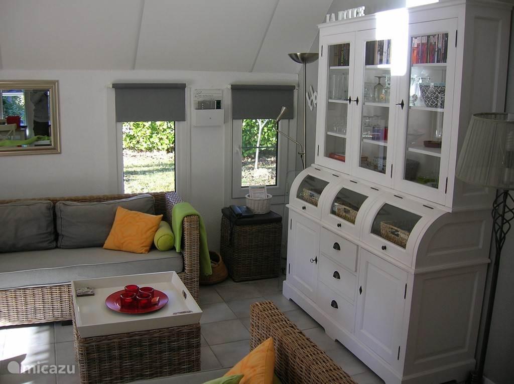 De moderne, lichte inrichting van de woonkamer