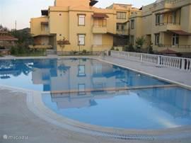 Op een vakantiepark met veel groen staat deze geheel gemeubileerde villa. De villa (126m2) staat op slechts 10 meter van het gemeenschappelijke zwembad. De villa heeft veel luxe. Het bruisende Alanya centrum is op een steenworp afstand.
