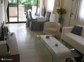 Moderne ruime woonkamer van alle gemakken voorzien met grote schuifpui naar het terras