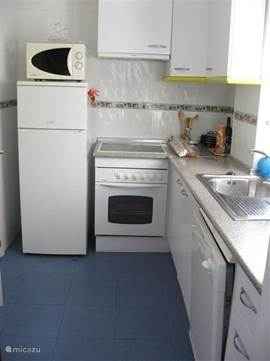 Keuken van alle gemakken voorzien zoals magnetron, ruime koel/vriescombinatie, oven, vaatwasser en in de bijkeuken wasmachine