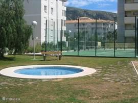 kinderzwembad met op de achtergrond de tennisbaan
