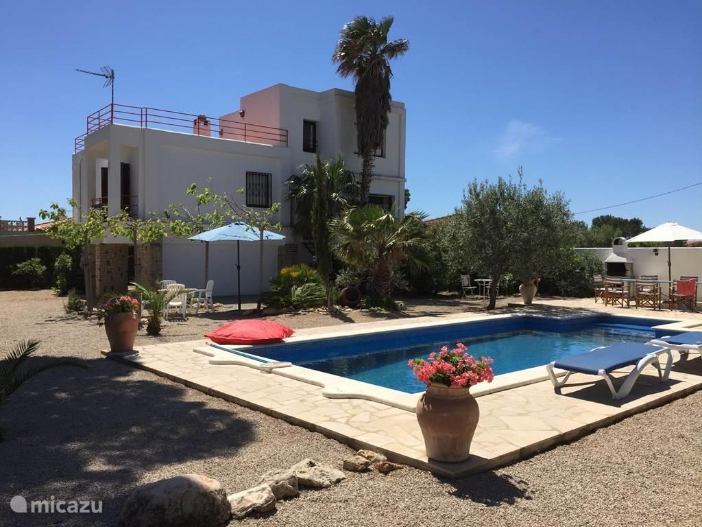 Prive zwembad 8 bij 4 meter en bergkant van het huis