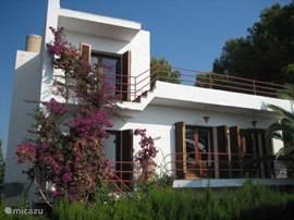 Zeekant van het huis met de balkons op de eerste en tweede verdieping