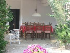 Tuinkamer onder het huis, ook heerlijk in voor en najaar als het even minder weer is.
