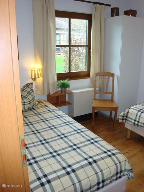 Slaapkamer aan de achterzijde met twee los staande boxspring bedden