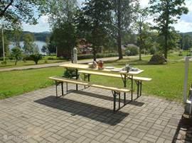 Gezellig buiten eten op het terras met uitzicht over het meer.
