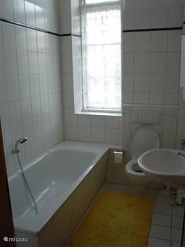 Het huis beschikt over vijf badkamers. Allemaal voorzien van toilet en wastafel, bad of douche.
