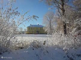 In Zweden kun je genieten van een echte winter met alle winter activiteiten denkbaar, zoals skiën, schaatsen en een hondensleetour.