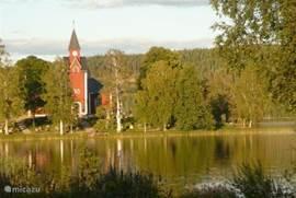 Vanuit het keukenraam schitterend uitzicht op de prachtige kerk van Rämmen!