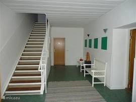 In de oude school zijn naast een gezamenlijke woonkamer en keuken, vijf afzonderlijke appartementen. Er is 1 appartement op de benedenverdieping en er zijn 4 appartementen op de bovenverdieping, verbonden door een centrale hal.