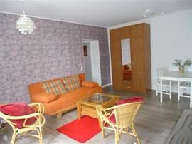Alle woonkamers hebben een slaapbank, voor twee personen. Ook zijn er voor 20 personen kussens en dekbedden aanwezig plus twee kinderreisbedjes.