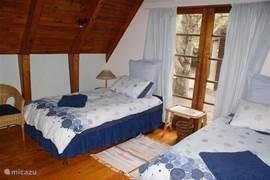 Blauwe slaapkamer: slaapt 2 personen (kan ook opgemaakt worden als een dubbelbed)