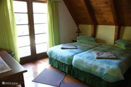 Groene slaapkamer (kan ook opgemaakt worden als 2 enkele bedden)