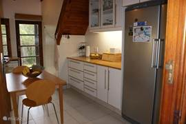Nieuwe keuken met groot koolkast en diepvries, vaatwasser, enz.