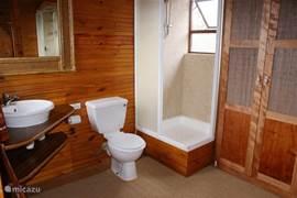 Boven badkamer: net vernieuwd!