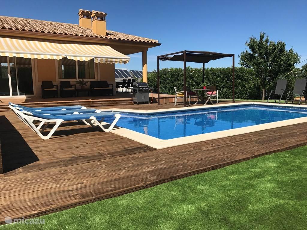 terras aan het zwembad
