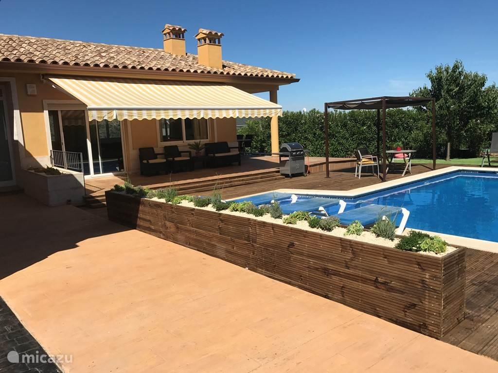 terras bij het zwembad met heerlijke buitenkeuken/bbq